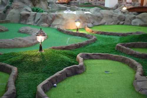 поле для мини гольфа