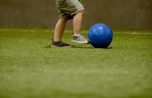 Синий мяч на футбольном газоне