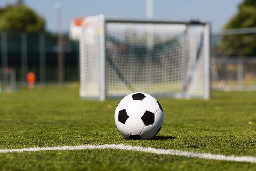 Футбольный мяч на искусственном газоне